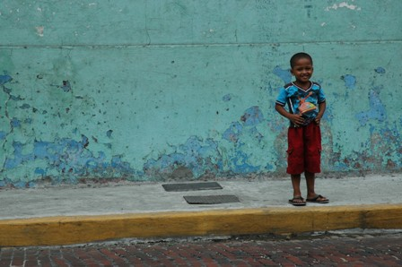 Nysgerrig knægt i Panamas gamle bydel