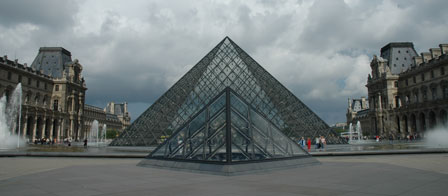 Glaspyramiden foran Louvre Museet