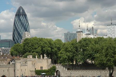 Sir Norman Fosters smukke St. Marys Axe, eller agurken som den kaldes i kontrast til 900 år gamle Tower of London.