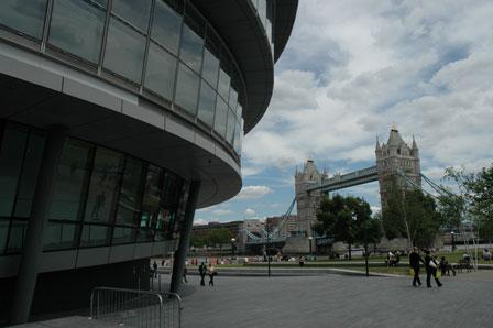 Londons nye rådhus i smuk kontrast til Tower Bridge
