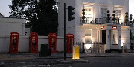 Fire telefonbokse på stribe, Pimlico, London. Og de bliver brugt!