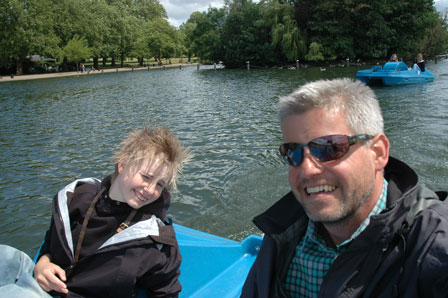 Selvportræt på vandcykel i Hyde Park. Vicki og jeg, og Tina og Julie i baggrunden.