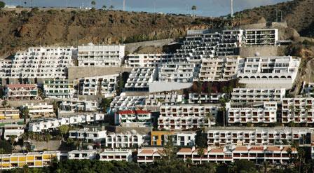Lidet charmerende betonhoteller dækker skråningerne