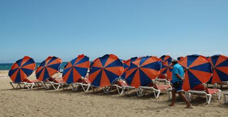 Parasollerne bliver brugt i kamp mod sandfygningen