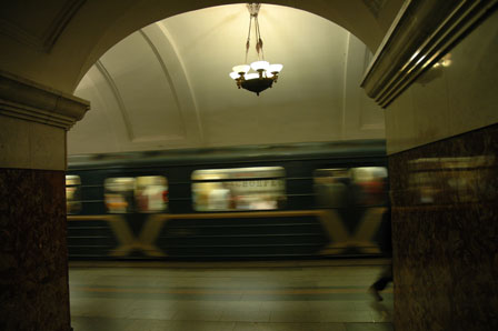 Metro toget drøner under lysekronen. Det er ikke billedsnyd!