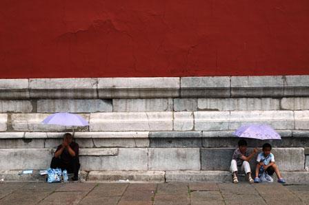 Et hvil under paraplyen. Den forbudte By.