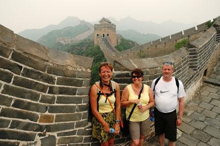 Tina, Laila og René i gang med at bestige Den Kinesiske Mur