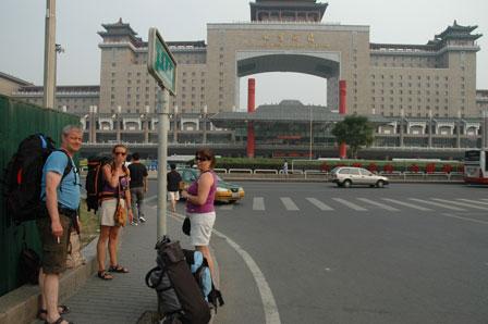 Klar til afrejse ved den enorme West Beijing Railway Station