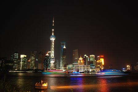 Hangpu River og Pearl Tower i natten.