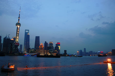 Shanghai og Pearl Tower i skumringen.