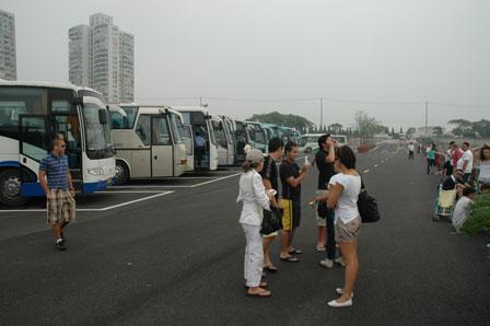 Masser af busser på parkeringspladsen.