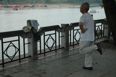 Morgengymnastik ved Li River