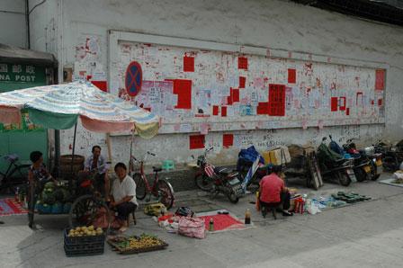 Heldigvis er byen også stadig kinesisk. Her den lokale opslagstavle.
