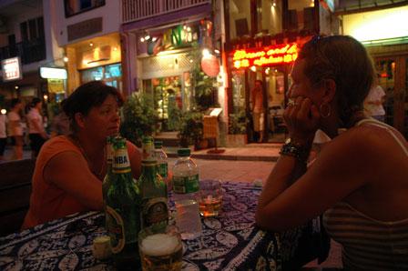 Aftenhygge ved Hotel Explorer. Ølflaskerne er ikke vores :-)