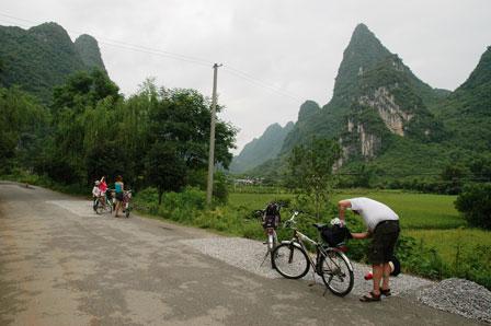 René tjekker cyklen. På vej mod Moon Hill