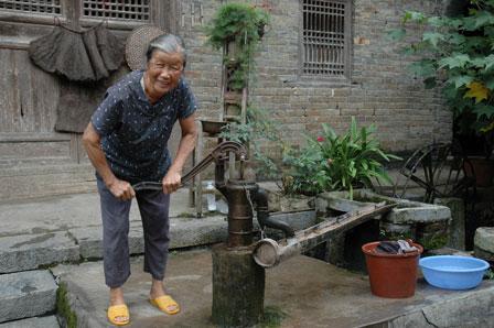 Yangshuos ældste hus. Vi ser vandpumpen