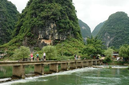 Laila, René og Tina krydser floden, inden det for alvor går løs i rismarkerne.
