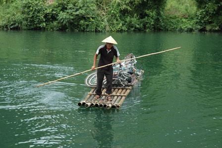 Fem cykler på en bambusflåde...