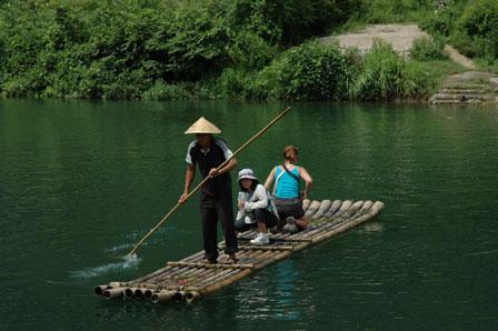 Vores guide og Tina på vej over floden