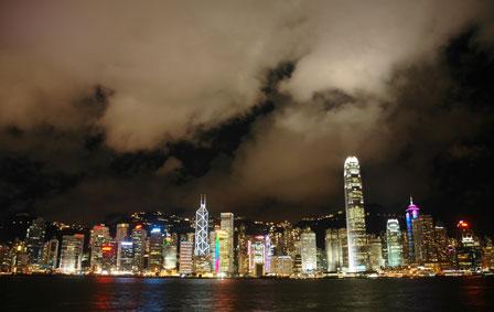 Hong Kong skyline. Tak til månen for lyset på skyerne.