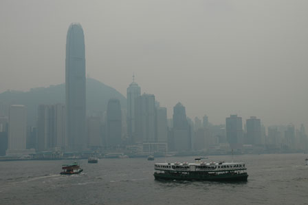 Hong Kong Island i varmedis. I forgrunden Star Ferry